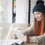 雑誌をタブレットで読む女性